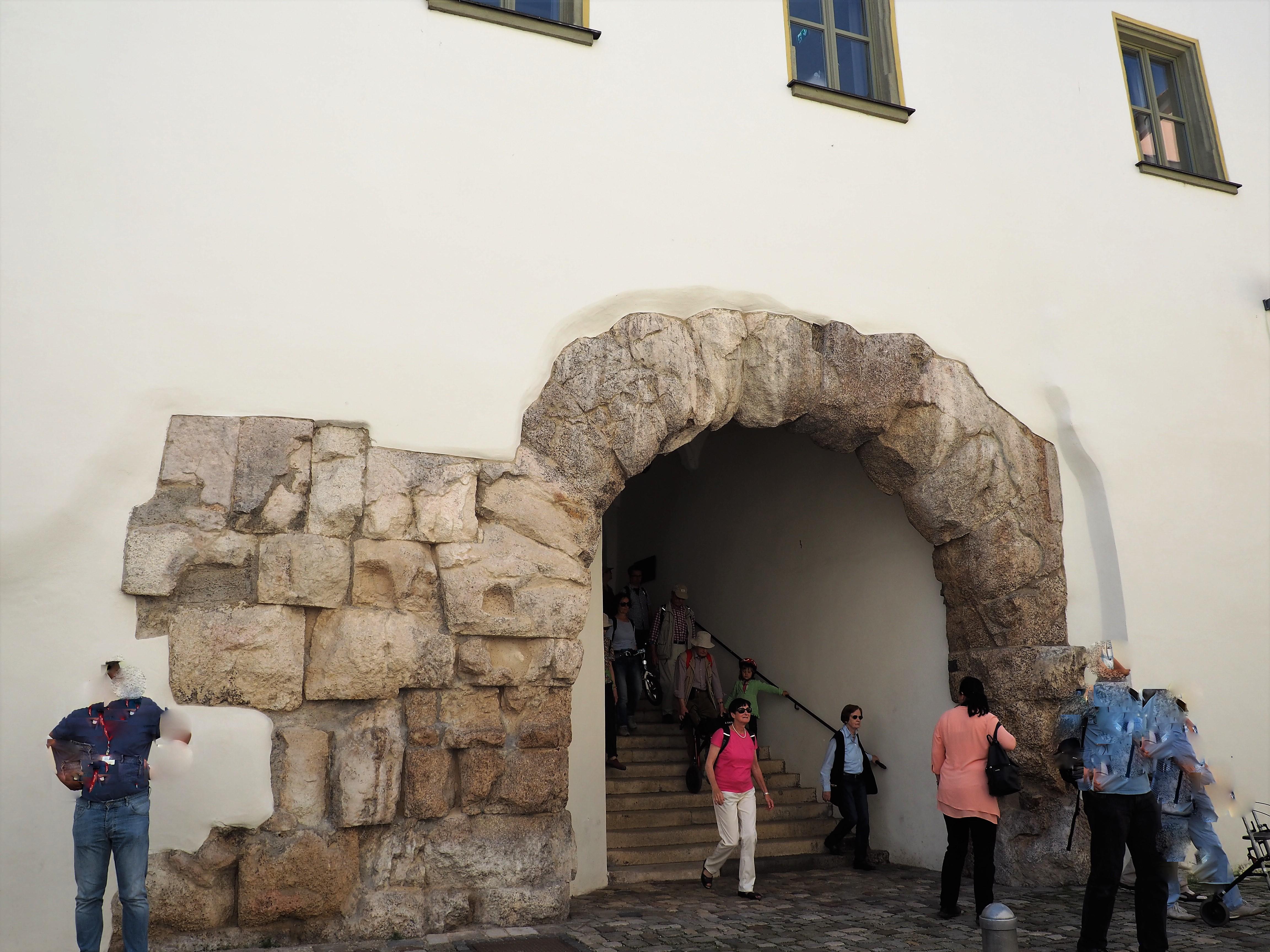 Porta praetoria ist ein römisches Tor in Regensburg