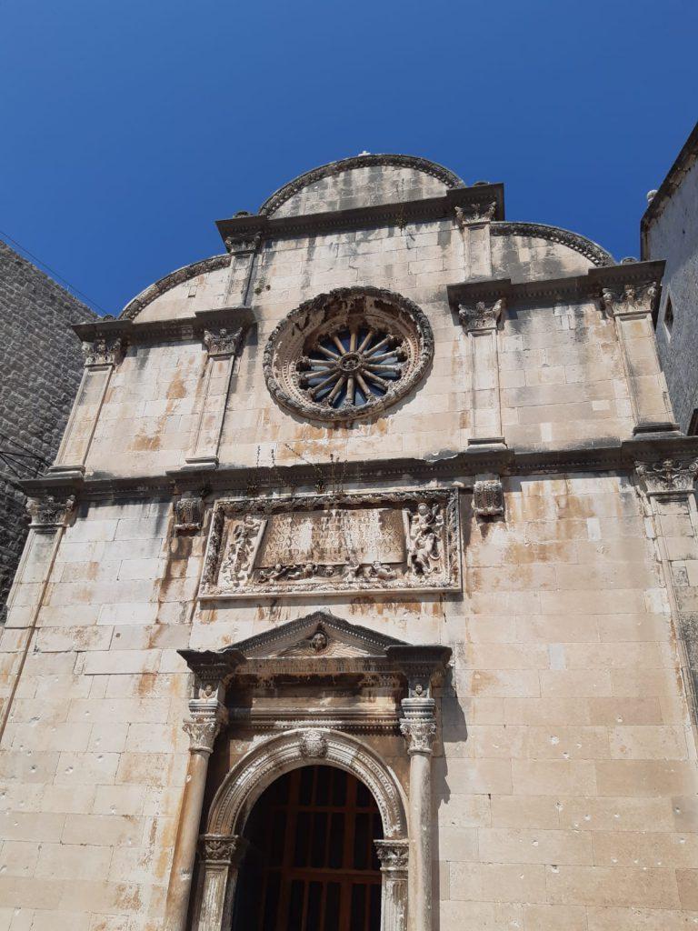Eingang zu Franziskanerkloster in der Altstadt von Dubrovnik