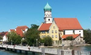 Bei unserer Rundreise auf dem Bodensee sind wir auch an dieser wunderschönen Kirche in Wasserburg vorgeigefahren