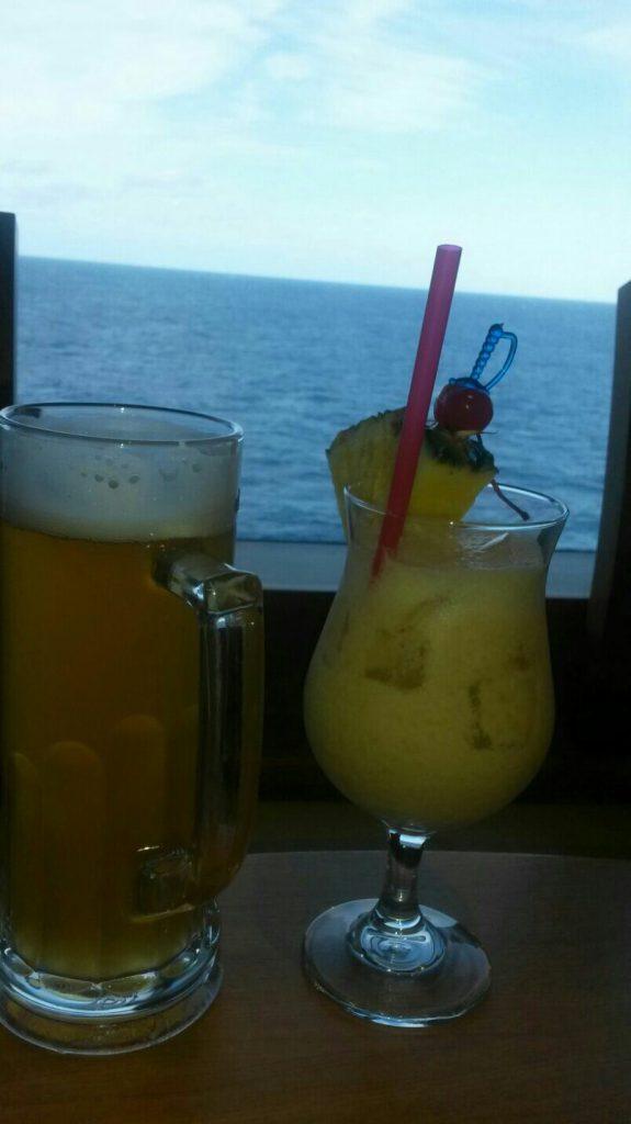 Was tun am Seetag? Drink mit Blick aufs Meer