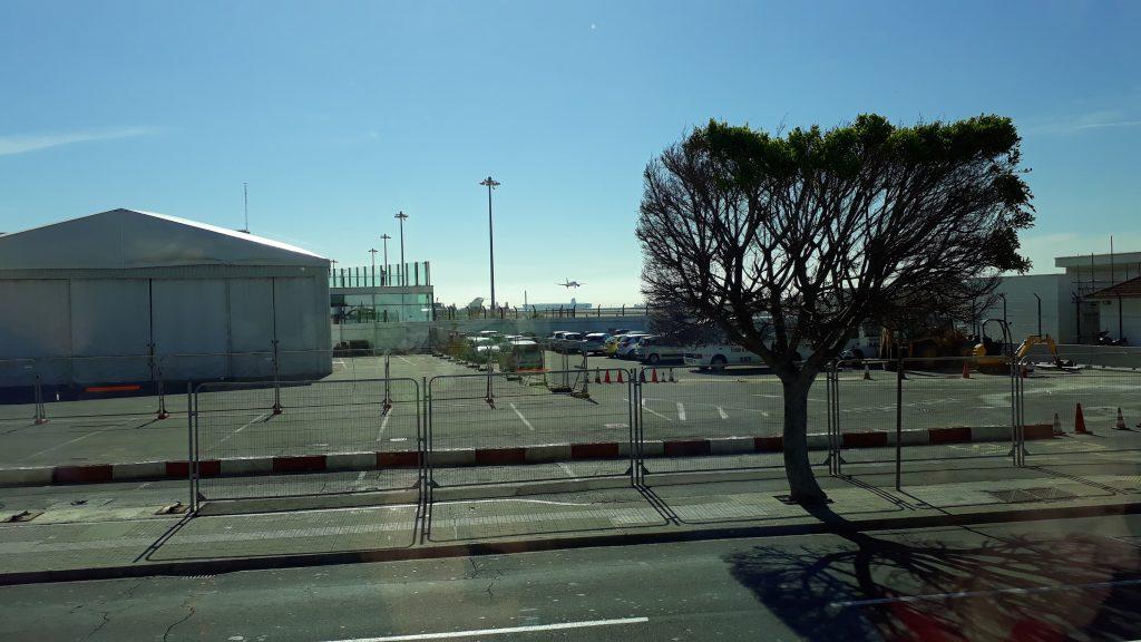 Kreuzfahrtausflug Gibraltar. Die Straße war kurzzeitig gesperrt, weil ein Flugzeug im Landeanflug war!