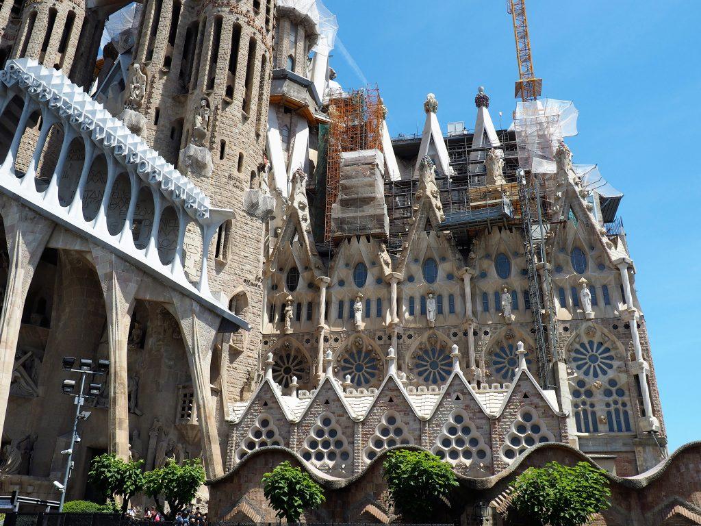 Hier siehst du einen Ausschnitt der Sagrada Familia, wo die unterschiedlichen Baustile erkennbar sind