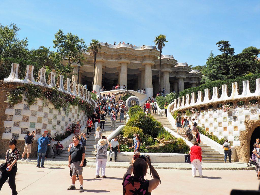 Am Haupteingang des Parc Güell in Barcelona bewacht ein Drache mit Bruchkeramik verziert, den Aufgang zur Markthalle