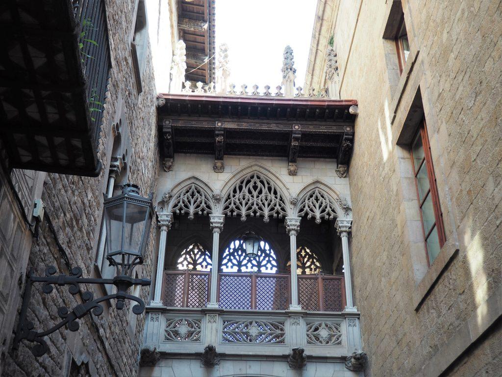Immer wieder triffst du auf wunderschöne alte Gebäude in den Gassen des gotischen Viertels von Barcelona