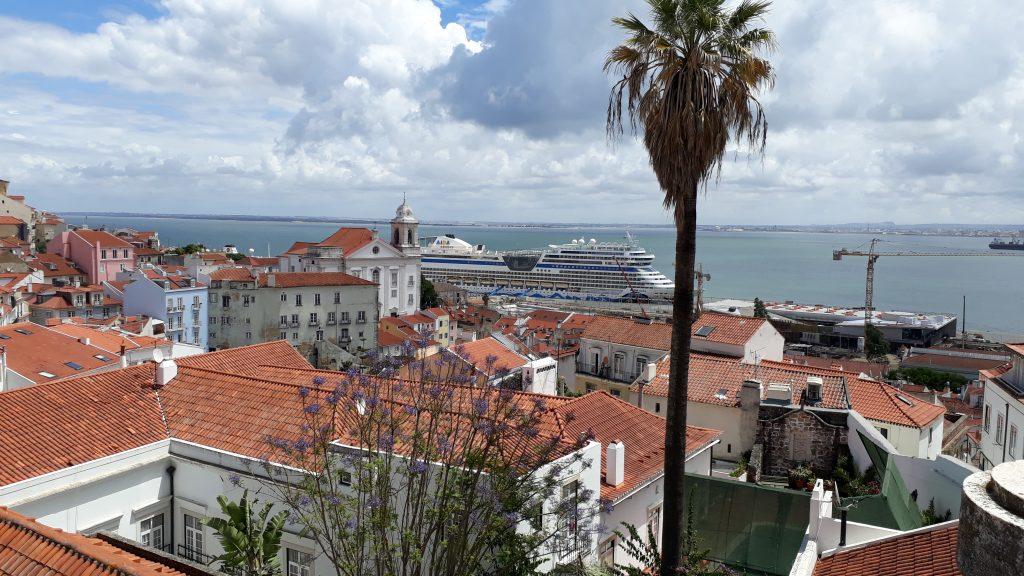 Blick vom Miraduoro Santa Lucia auf den Hafen von Lissabon mit der AIDAstella