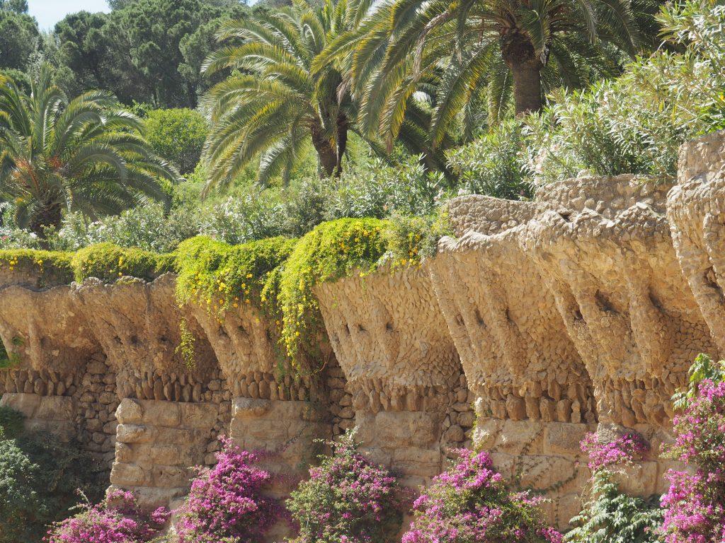 Spazierweg in dem wunderschönen Parc Güell in Barcelona