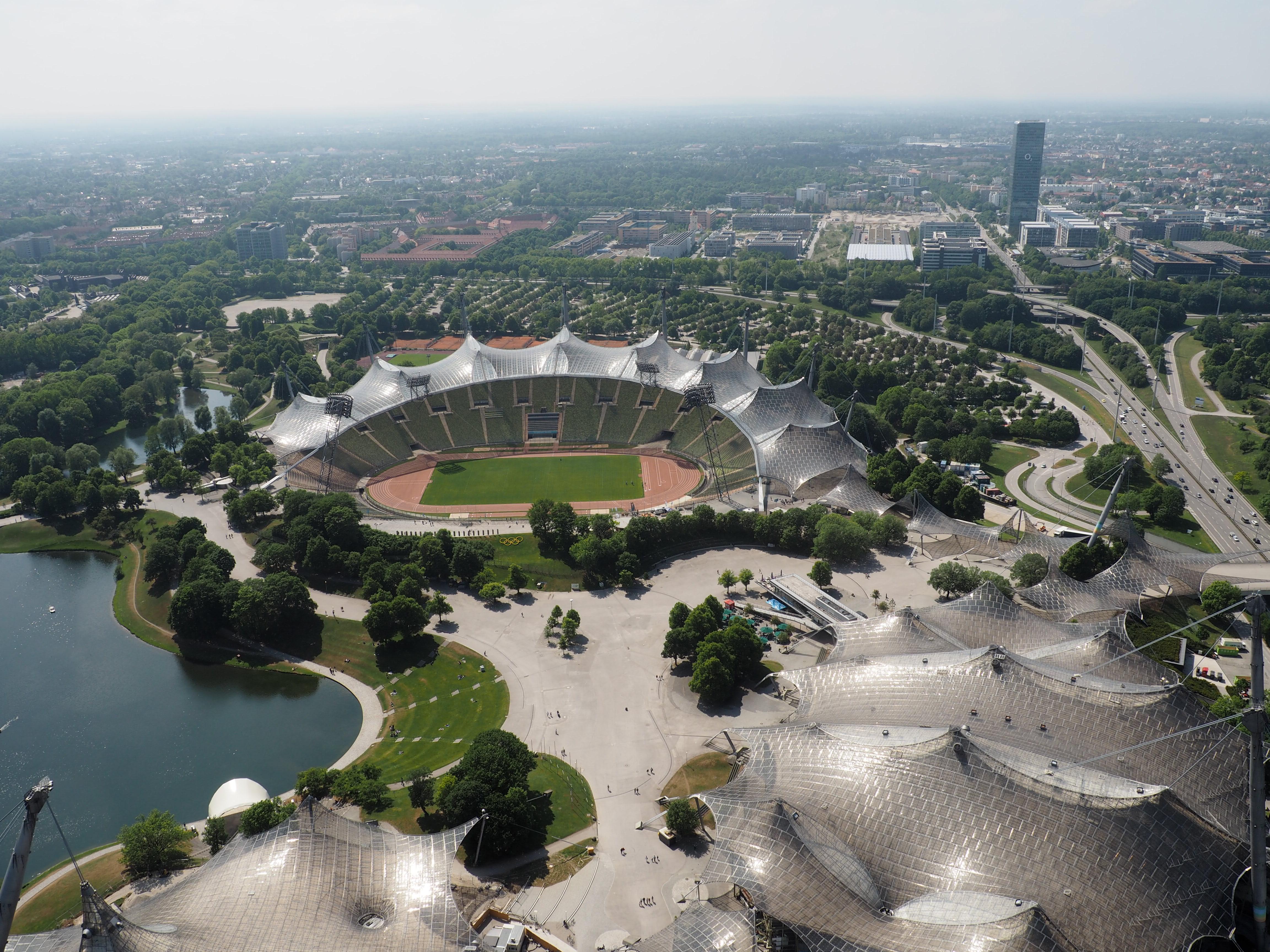 Fantastische Aussicht vom Olympiaturm auf das Stadion und die Olympiahalle in München mit ihrer besonderen Architektur