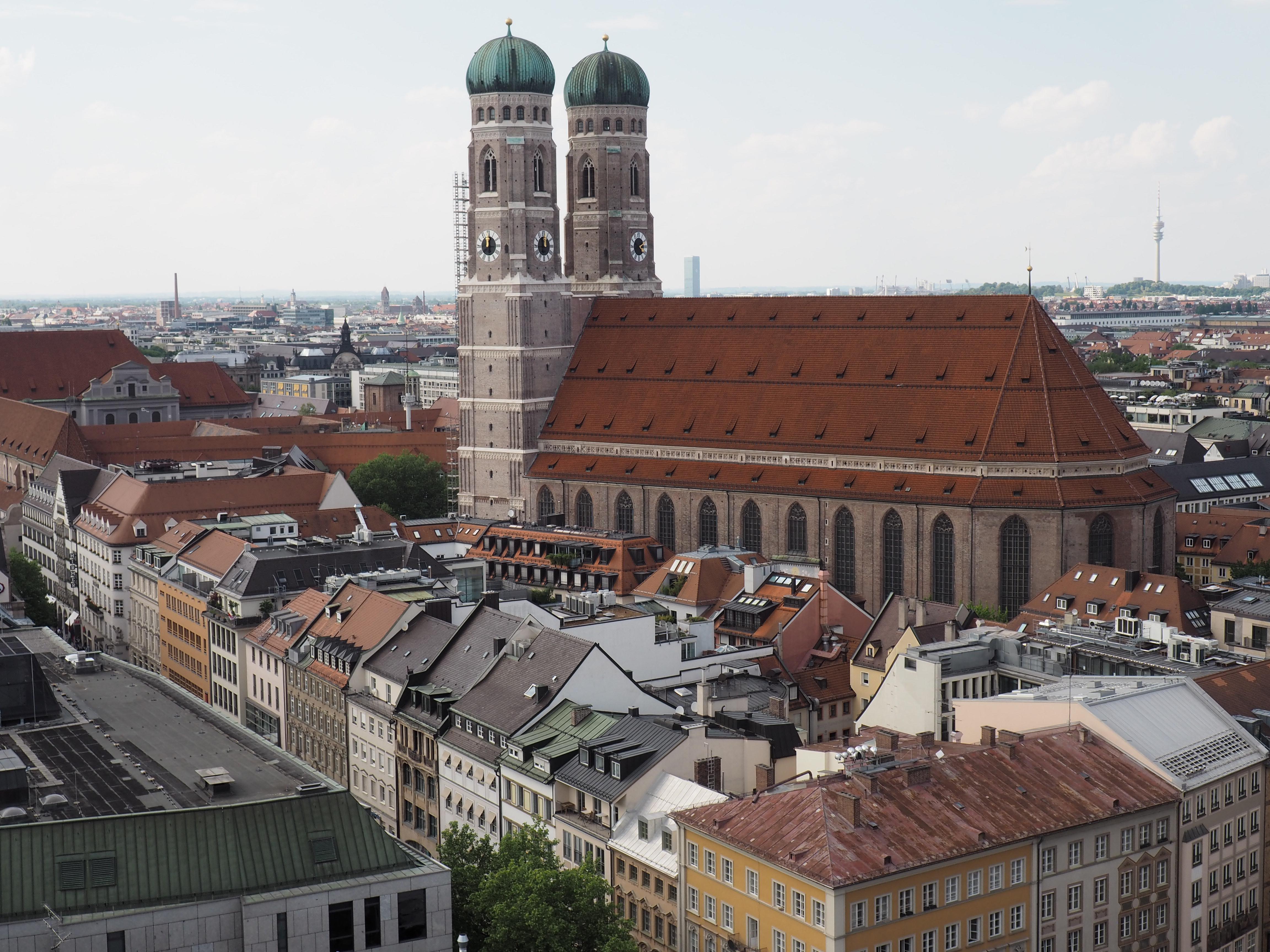 Fantastischer Ausblick vom Turm der Pfarrkirche St. Peter auf die Frauenkirche in München