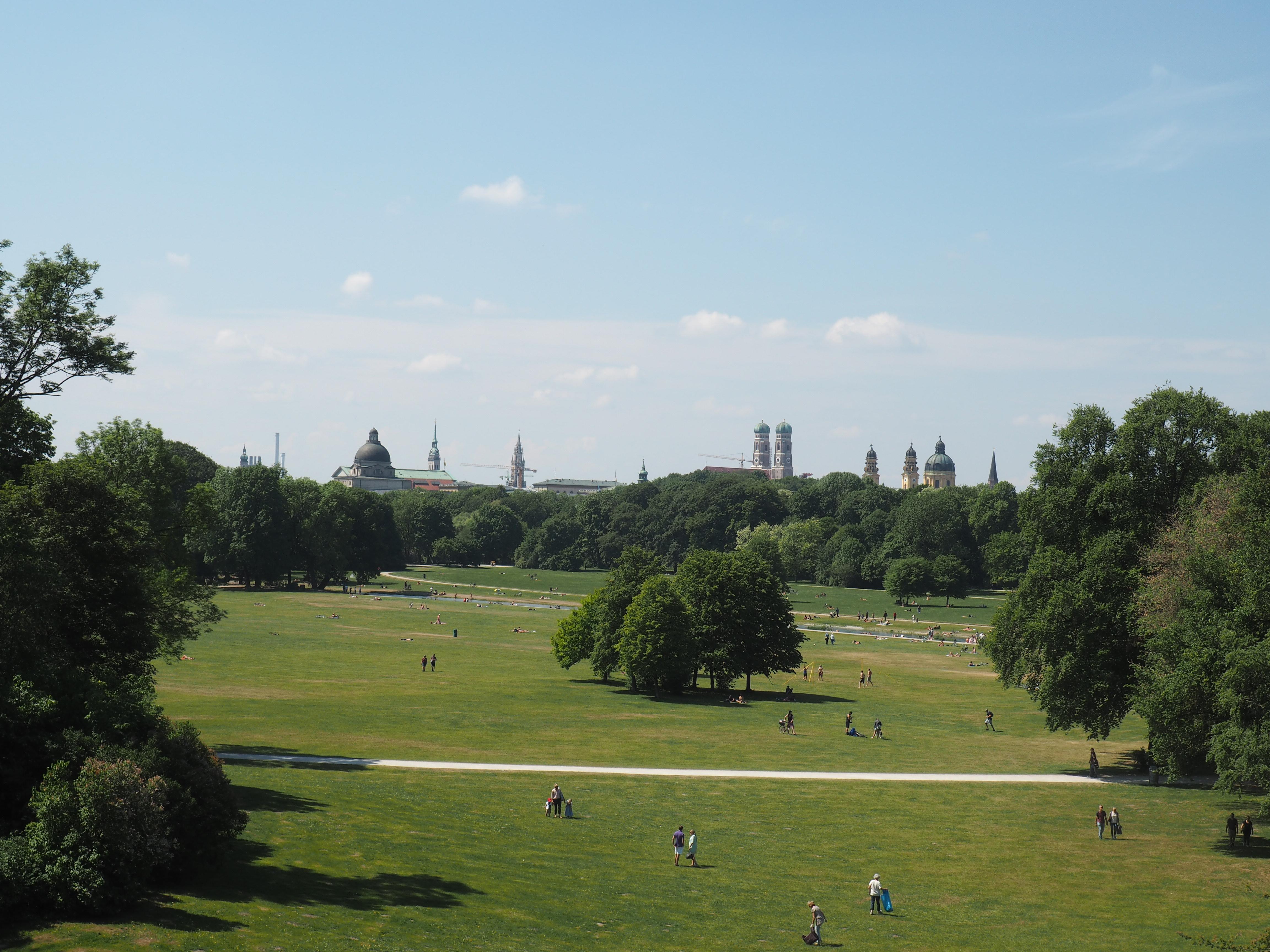 Spektakuläre Aussicht auf München vom Rundtempel Monopteros im Englischen Garten