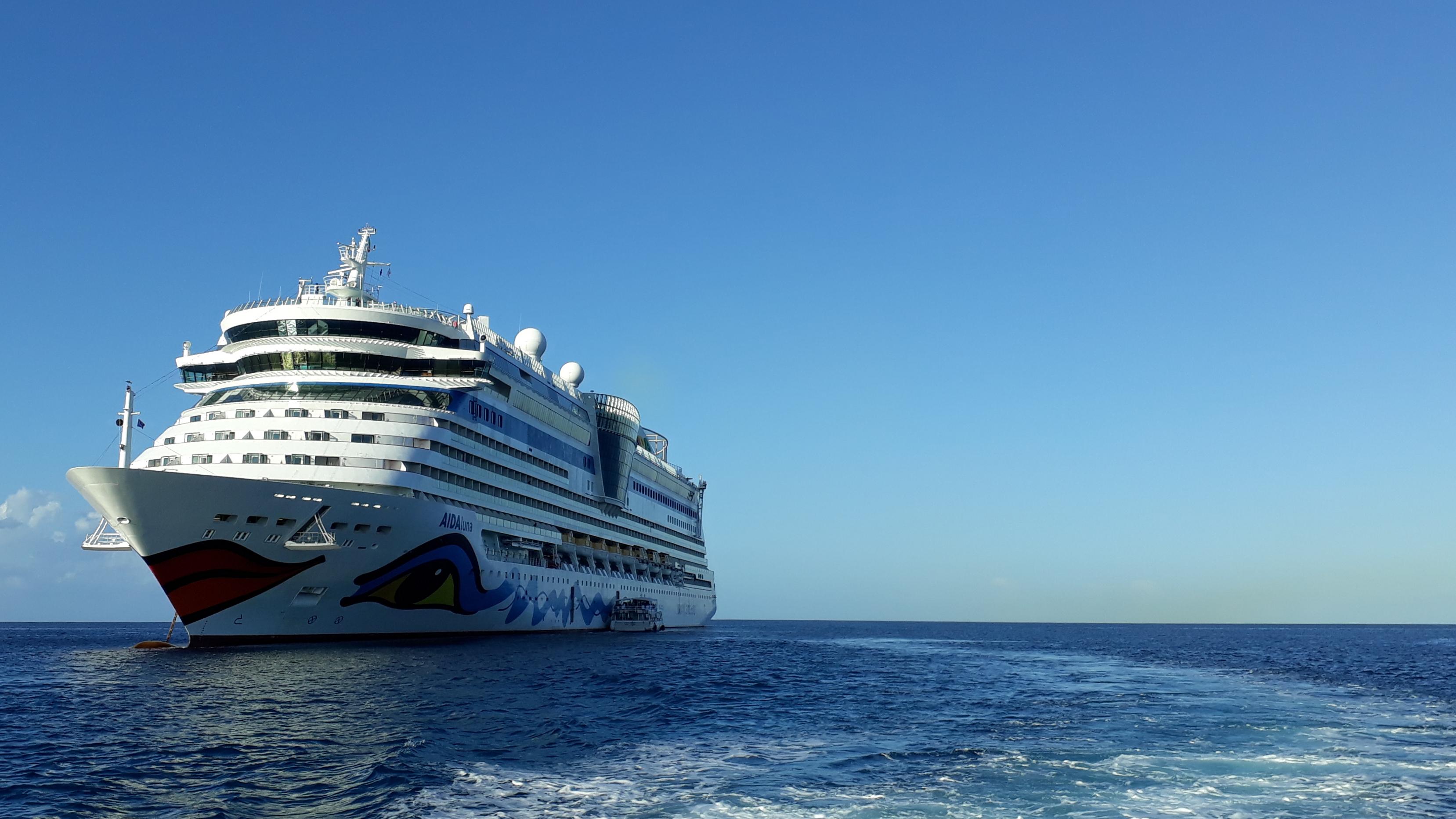 AIDALuna auf Reede vor Grand Cayman