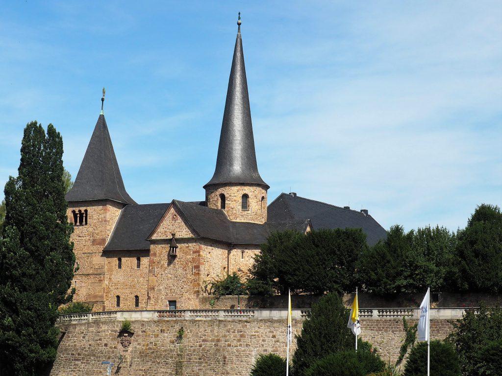 Die Michaleskirche im Schatten des Doms in Fulda