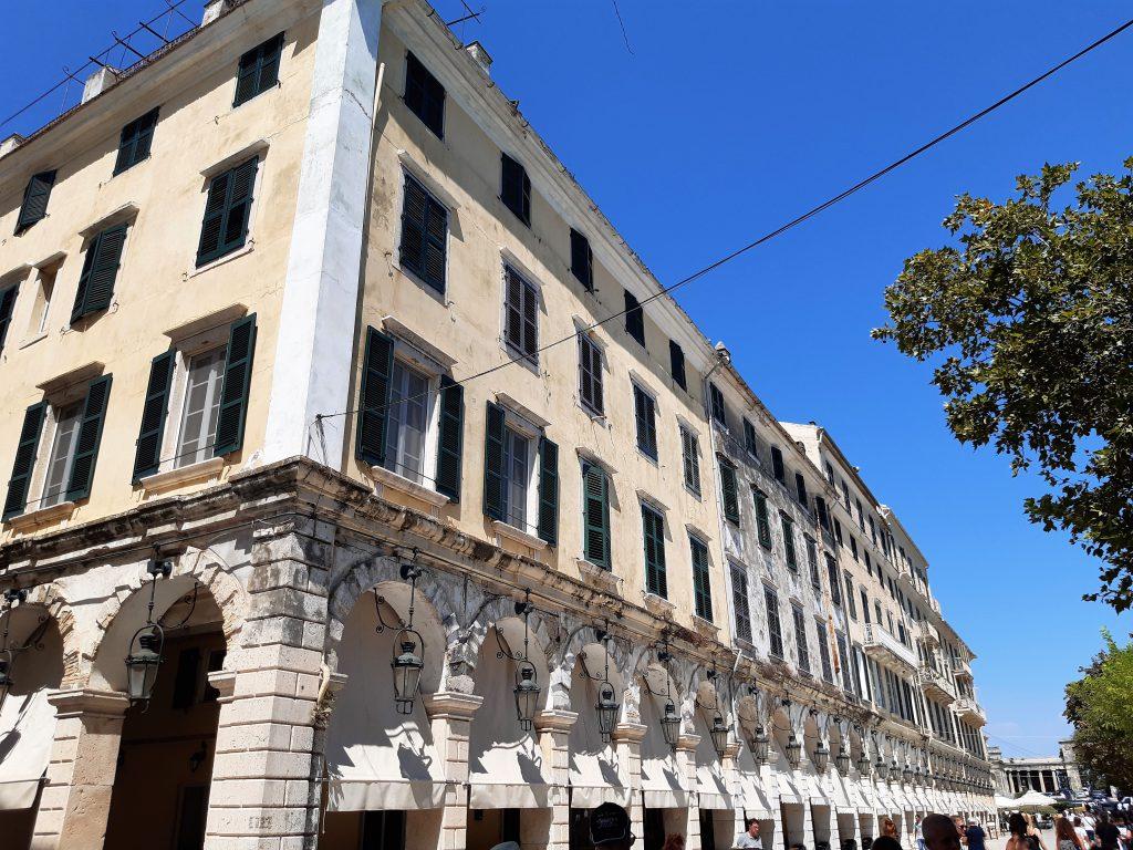 Die Arkaden des Liston in Korfu-Stadt